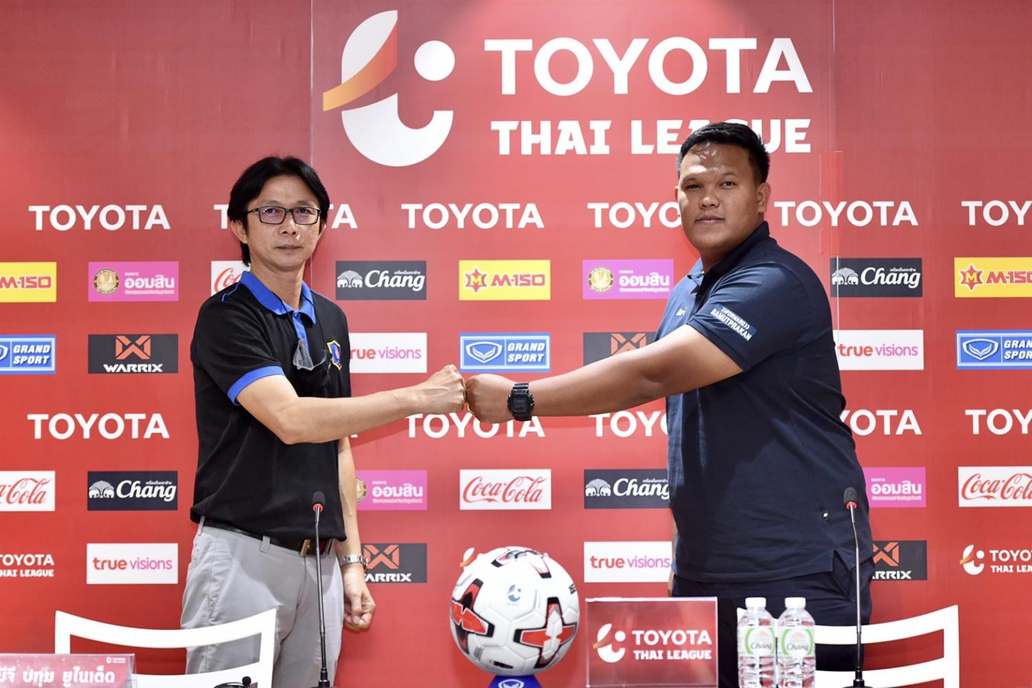 BG Pathum coach Dusit Chalermsan, left, and Samut Prakan City manager Nattapol Krajangpho attend a press conference on Friday.