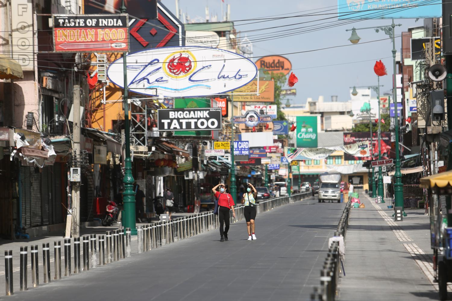 Khao San Road was nearly empty after the relaxation of the lockdown.(Photo by Wichan Charoenkiatpakul)