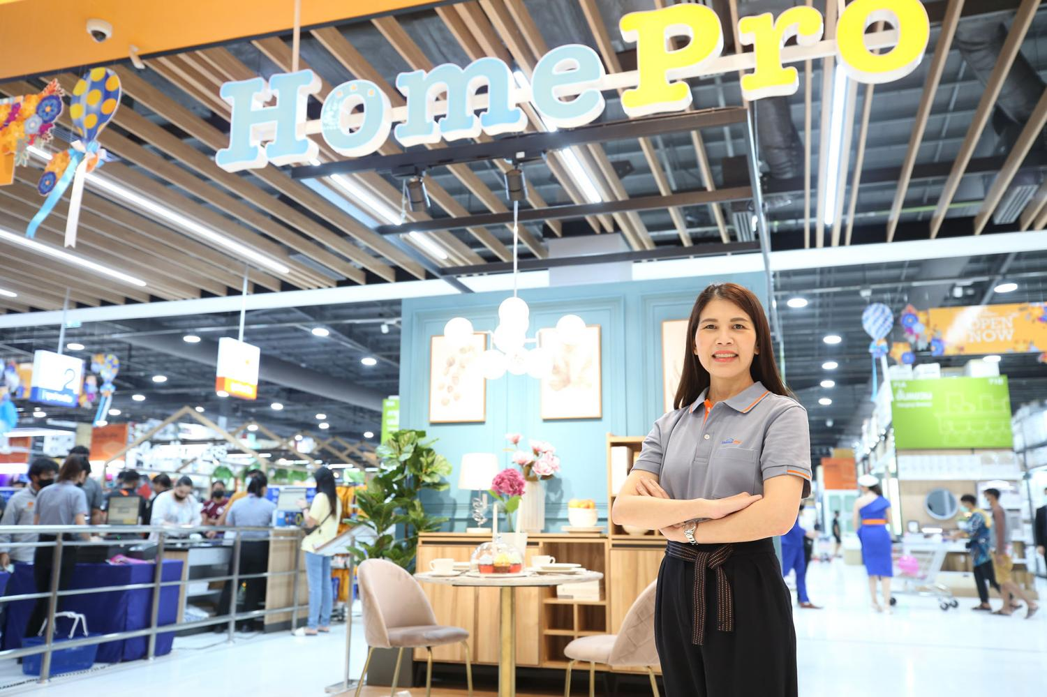 Ms Saowanee helps open the new Market Village lifestyle shopping centre in Rangsit.