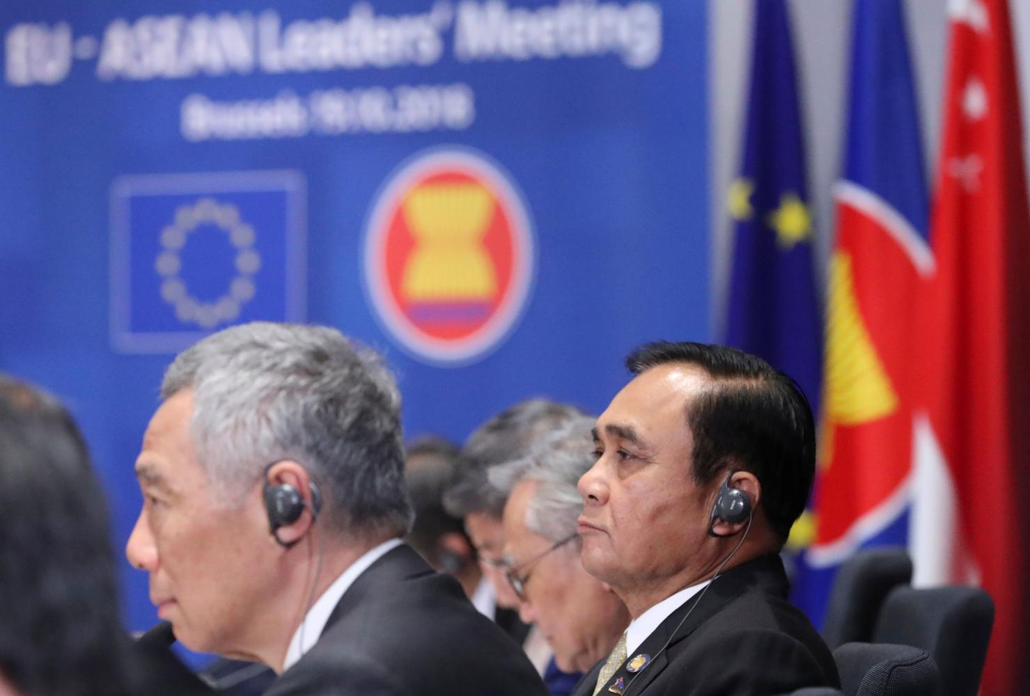 Prime Minister Prayut Chan-o-cha and Singapore Prime Minister Lee Hsien Loong at the EU Asean leaders meeting in Brussels last month.(AFP photo)