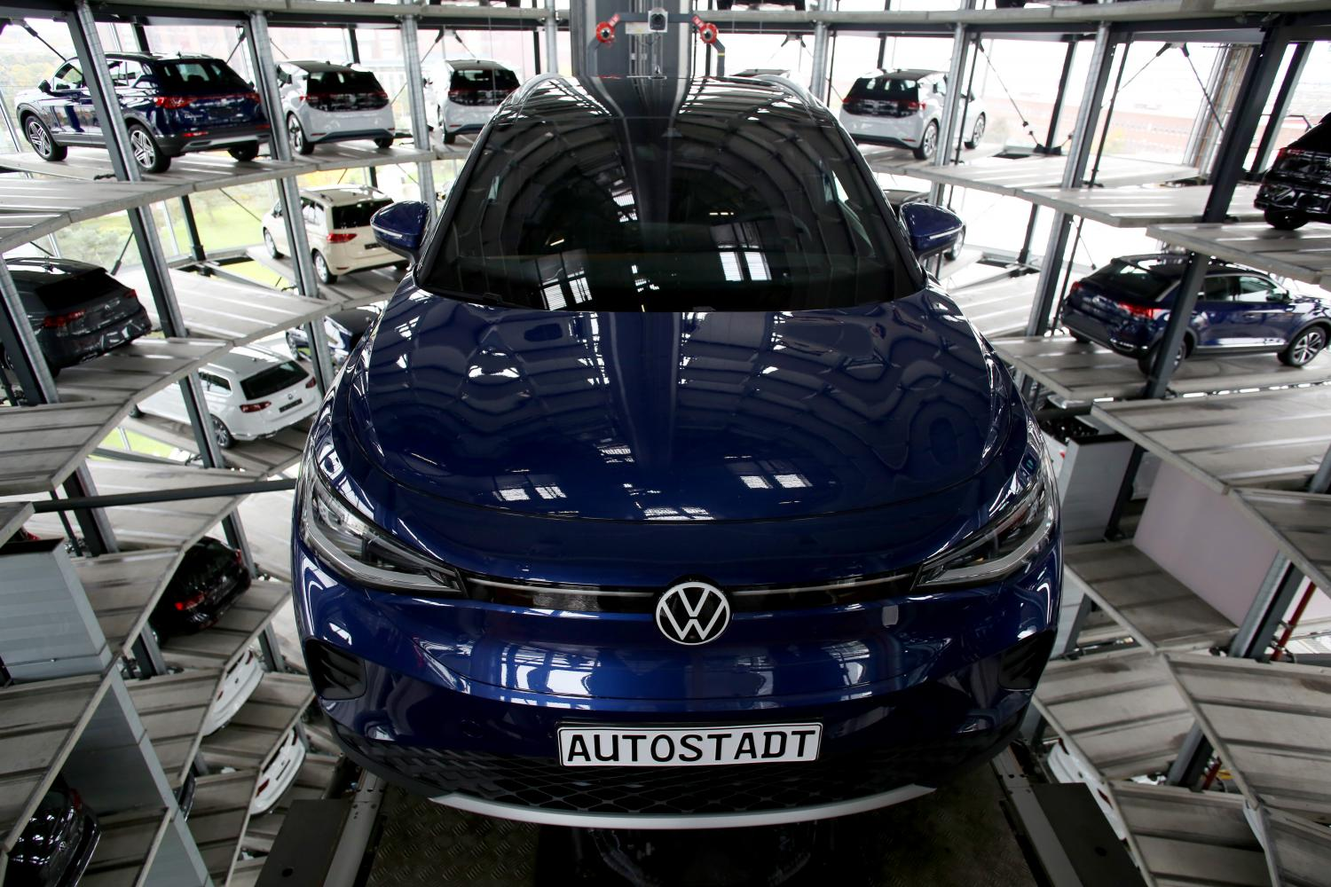 Volkswagen AG will replace about 1,500 combustion-engine vehicles with 1,000 electric models in Astypalea, including the new ID.3 compact and ID.4 crossover (above).(Bloomberg photo)