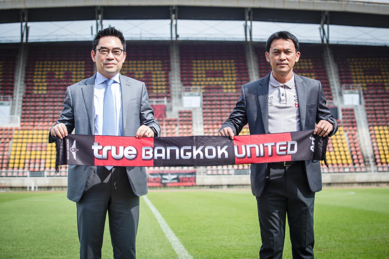 Totchtawan Sripan (right) with Bangkok United chairman Kajorn Chearavanont.