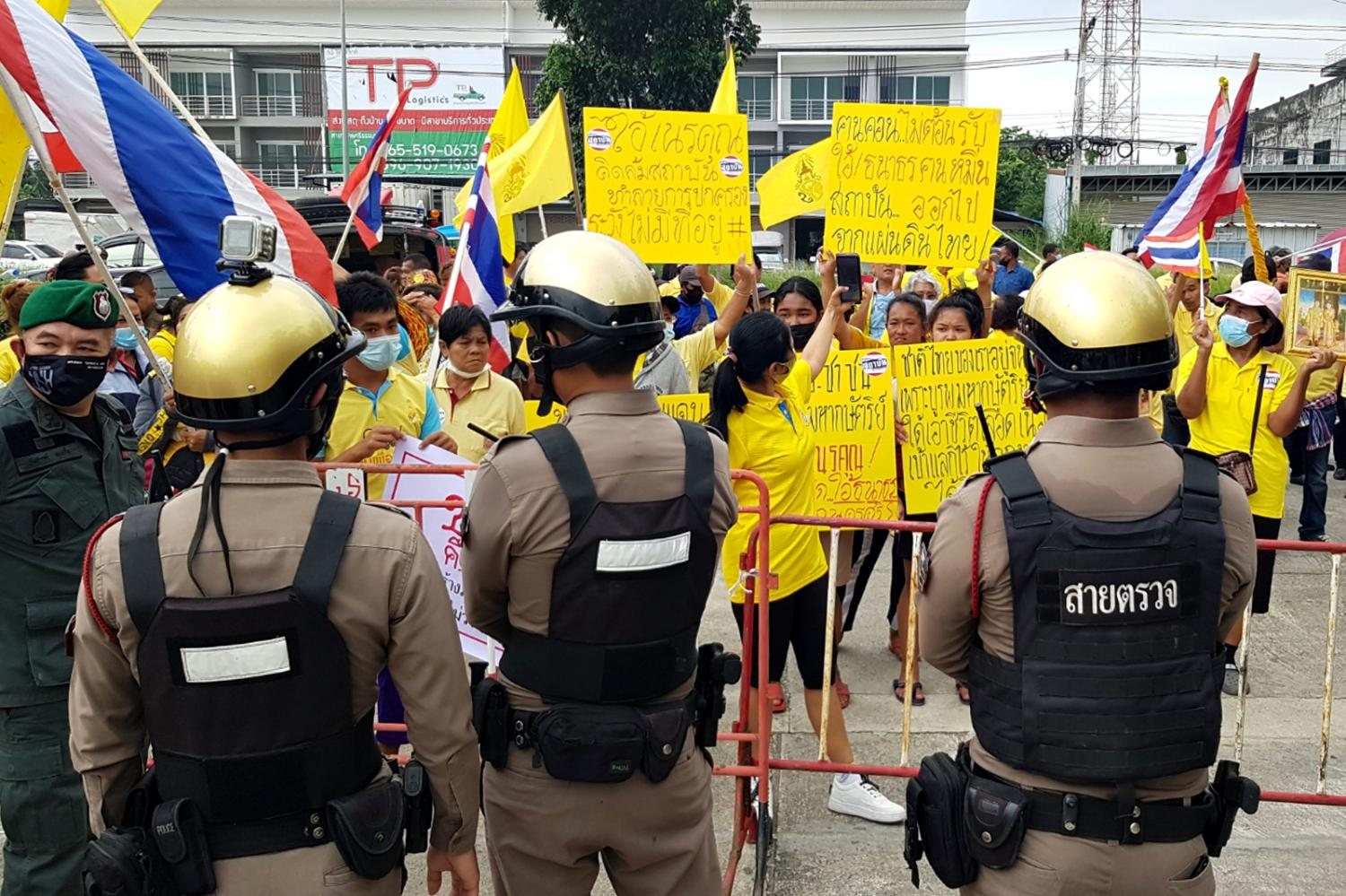 Police are seen at a hotel in Nakhon Si Thammarat's Muang district during a protest against Progressive Movement co-founder Thanathorn Juangroongruangkit who was in town to meet a group of students.(Photo by Nucharee Rakrun)