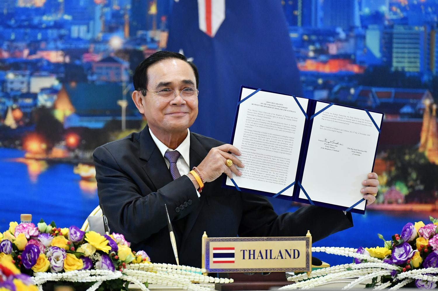 Prime Minister Prayut Chan-o-cha signs the Joint Declaration on the Strategic Partnership between Thailand and Australia.(Government House photo)