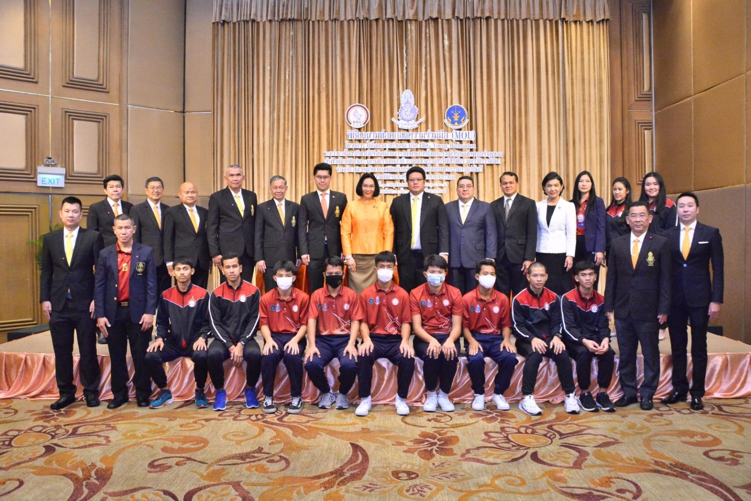 Thai badminton chief Patama Leeswadtrakul, centre, presides over Wednesday's MoU signing ceremony at a Bangkok hotel.