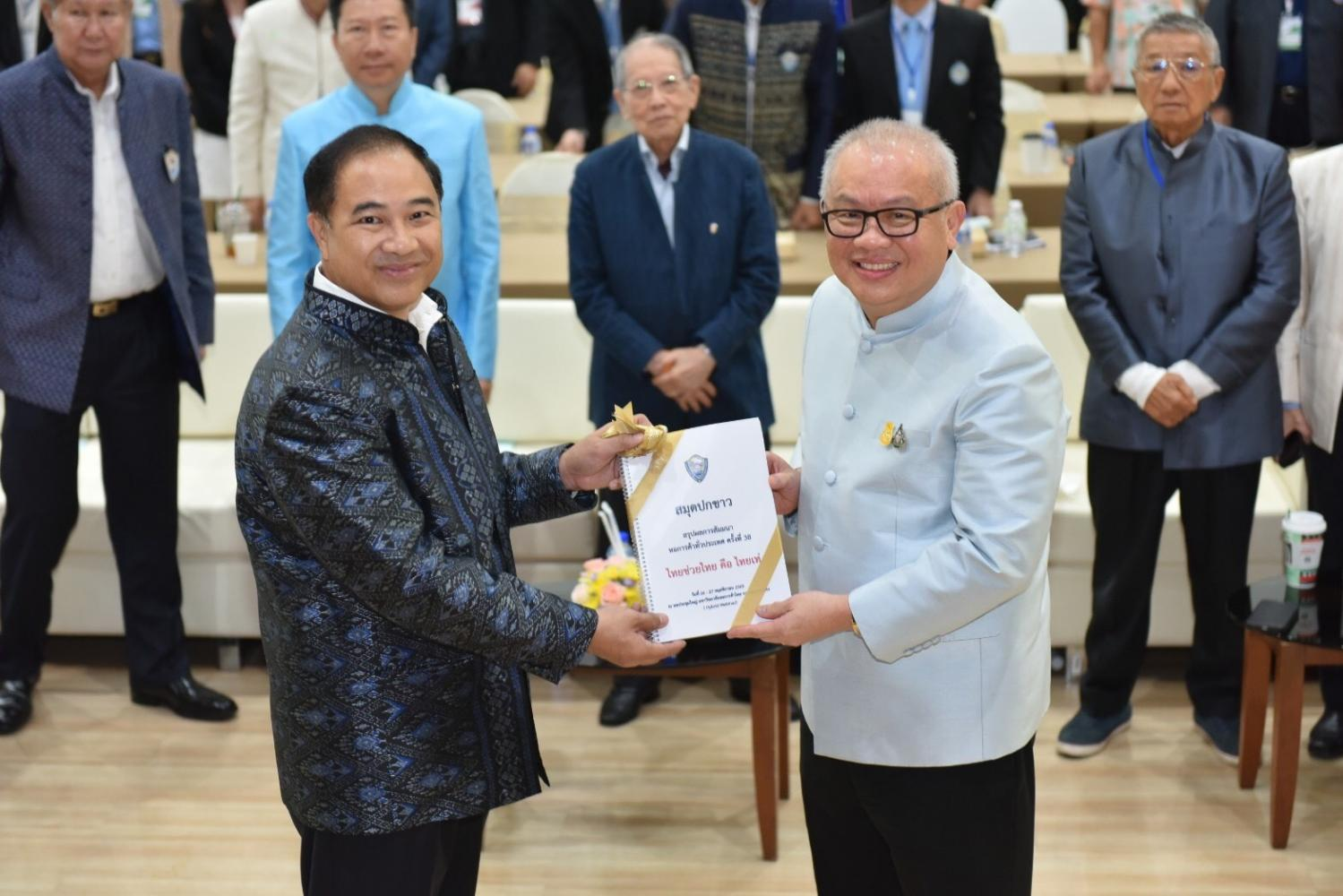 Kalin Sarasin, left, chairman of the Thai Chamber of Commerce, submits a white paper to the government today via Mr Supattanapong. The paper proposes stimulus measures for the economy.