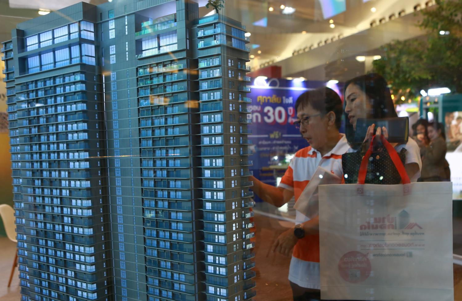 Perusing displays during the House & Condo Show in 2019.(Photo by Somchai Poomlard)