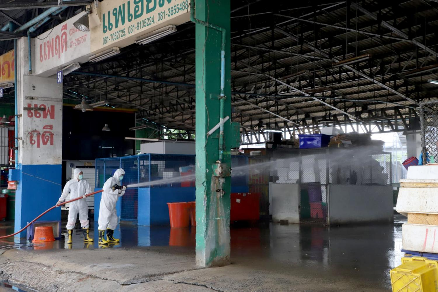 Talad Klang Kung, the Central Shrimp Market where the infected vendor worked in Samut Sakhon, has been closed for a thorough cleaning for three days.(Samut Sakhon Provincial Public Relations Office photo)
