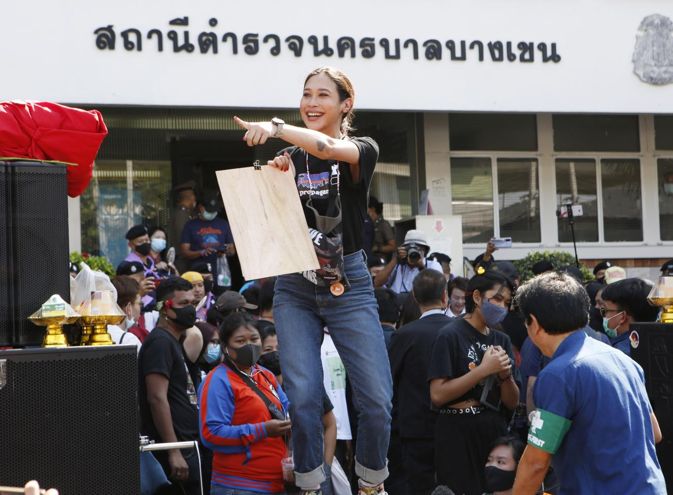 Actress Inthira 'Sai' Charoenpura greets a group of fans who turned up to give her moral support at Bang Khen police station in Bangkok where she was summoned to answer lese majeste charges on Monday.(Photo by Apichit Jinakul)