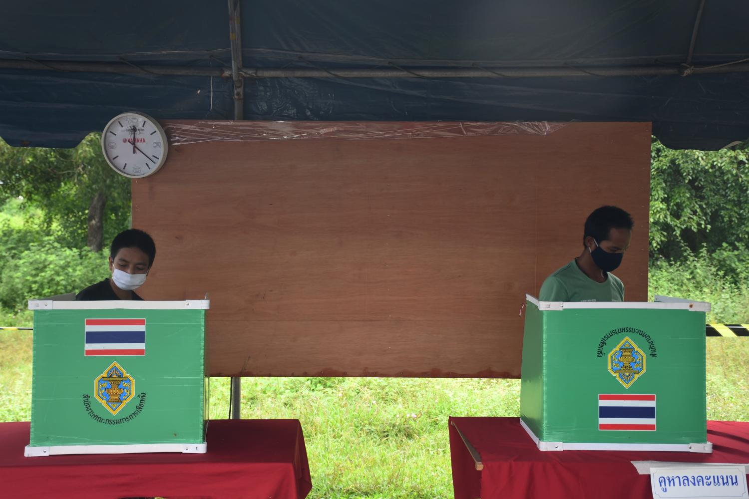 Voters cast their ballots in the Provincial Administration Organisation election in Songkhla on Sunday.(Photo by Nutthawat Wicheanbut)
