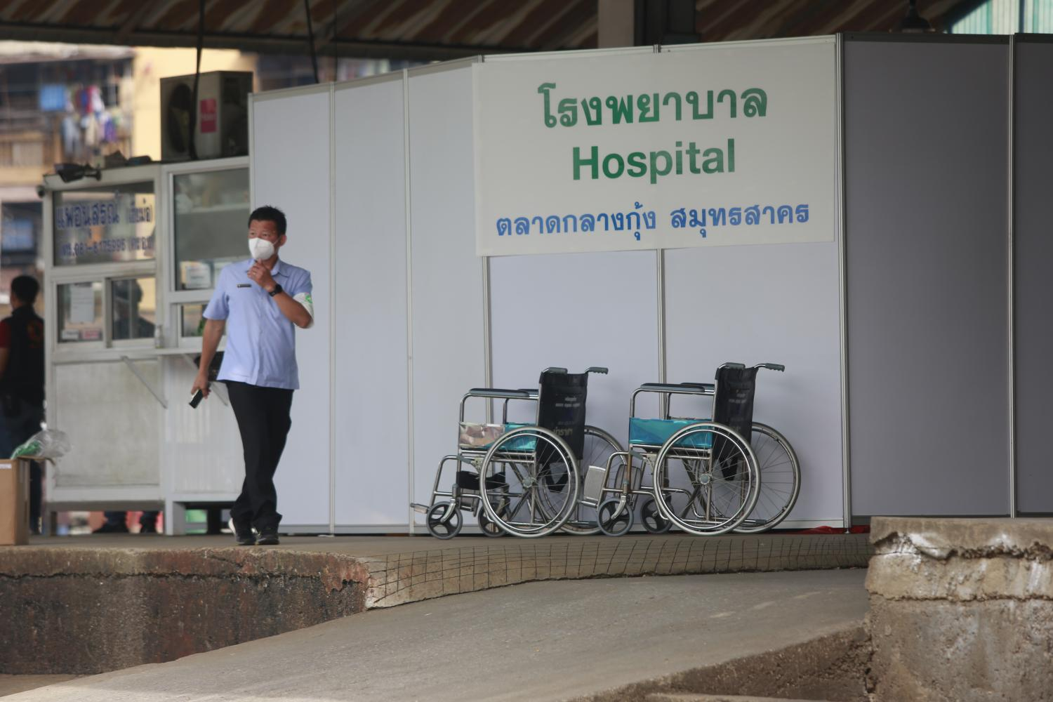 A field hospital is set up at the Central Shrimp Market in Samut Sakhon to provide tests and treatments for Covid-19 following a large cluster of infections among migrant workers at the market. (Photo by Arnun Chonmahatrakool)