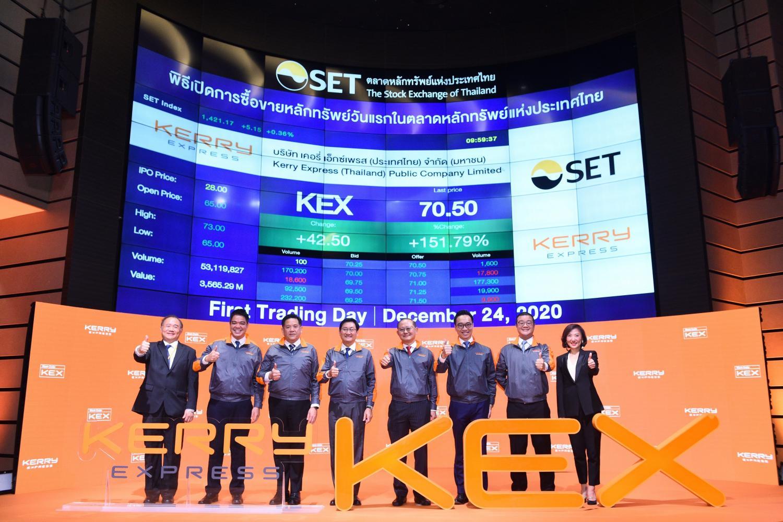SET president Pakorn Peetathawatchai (centre left) and SET senior executive vice-president Manpong Senanarong (third from left) congratulate Kerry Express on its first trading day.