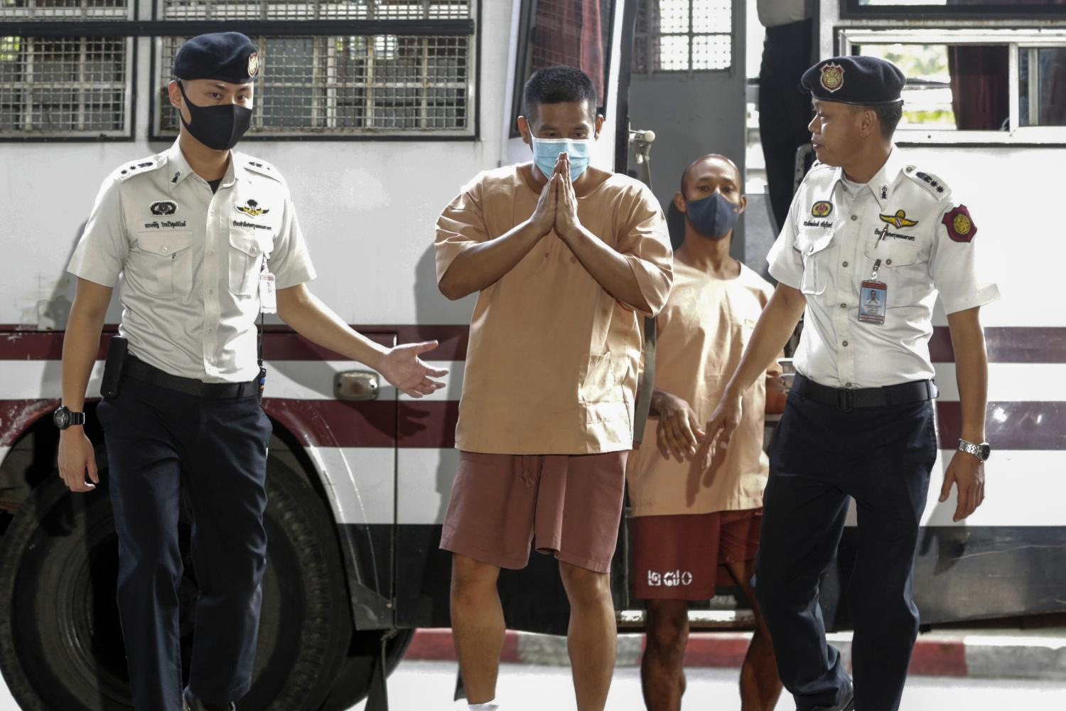Prasittichai Khaokaew, 38, front centre, arrives at the Criminal Court on Aug 27 for sentencing after being convicted for murder and robbery at a gold shop in Lop Buri province on Jan 9. (Photo by Pornprom Satrabhaya)