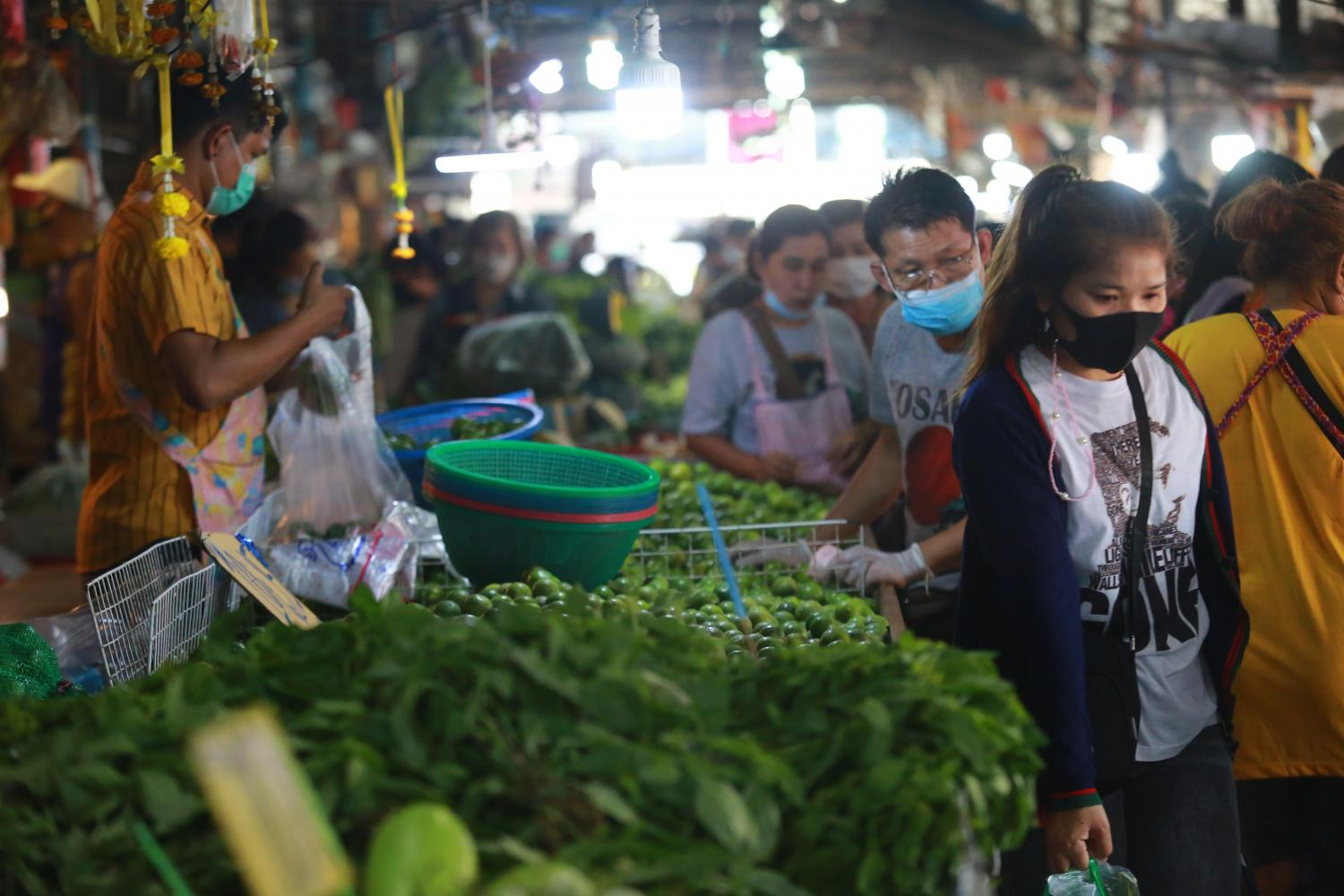 A variety of produce is available at Samrong fresh market, in Samut Prakan, on Tuesday.(Photo by Somchai Poomlard)