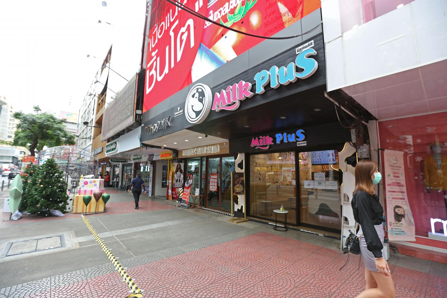 Siam Square, usually packed with teenagers, is once again vacant during Thailand's latest outbreak.(Photo by Varuth Hirunyatheb)