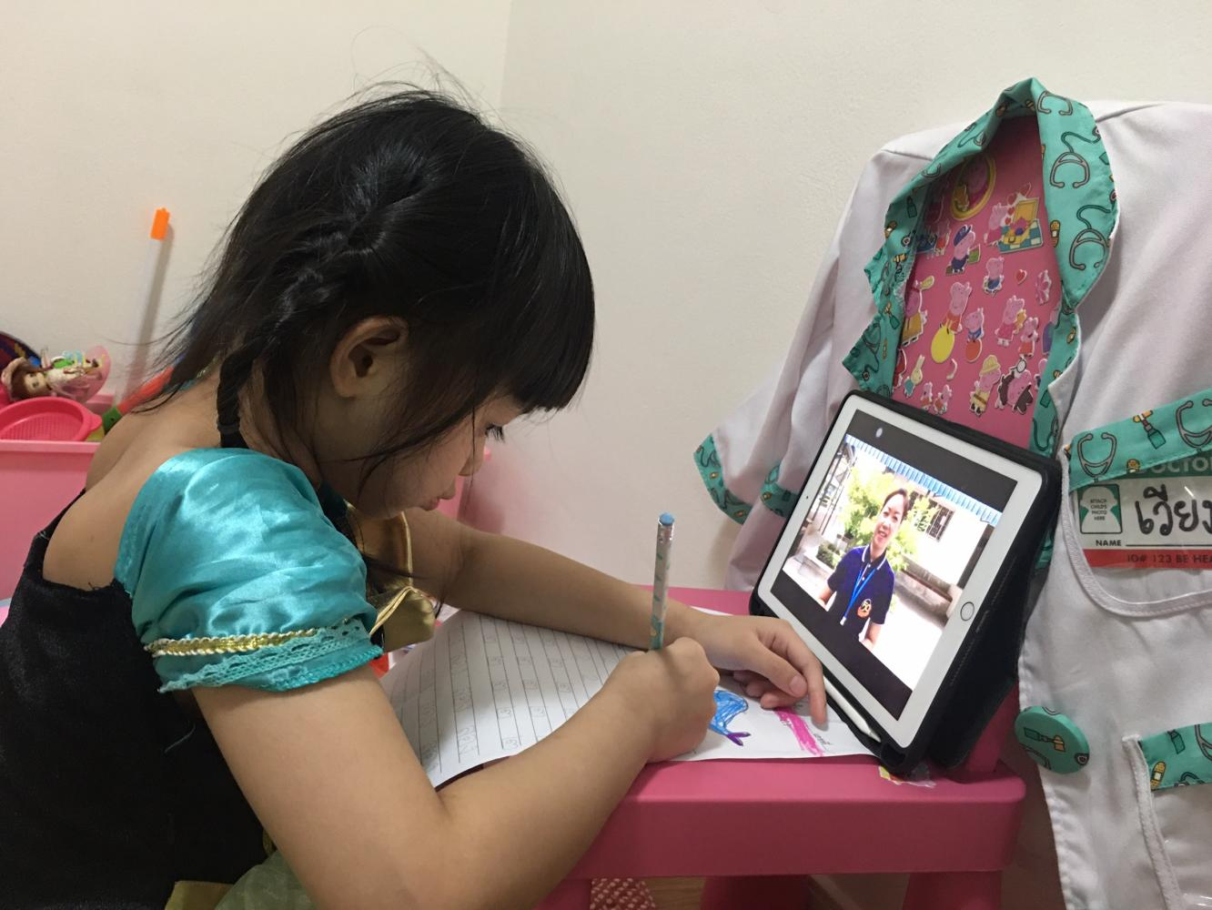 STEEP LEARNING CURVE: Wiangping Roi-amphaeng, a five-year-old kindergarten pupil, takes an online class at home.