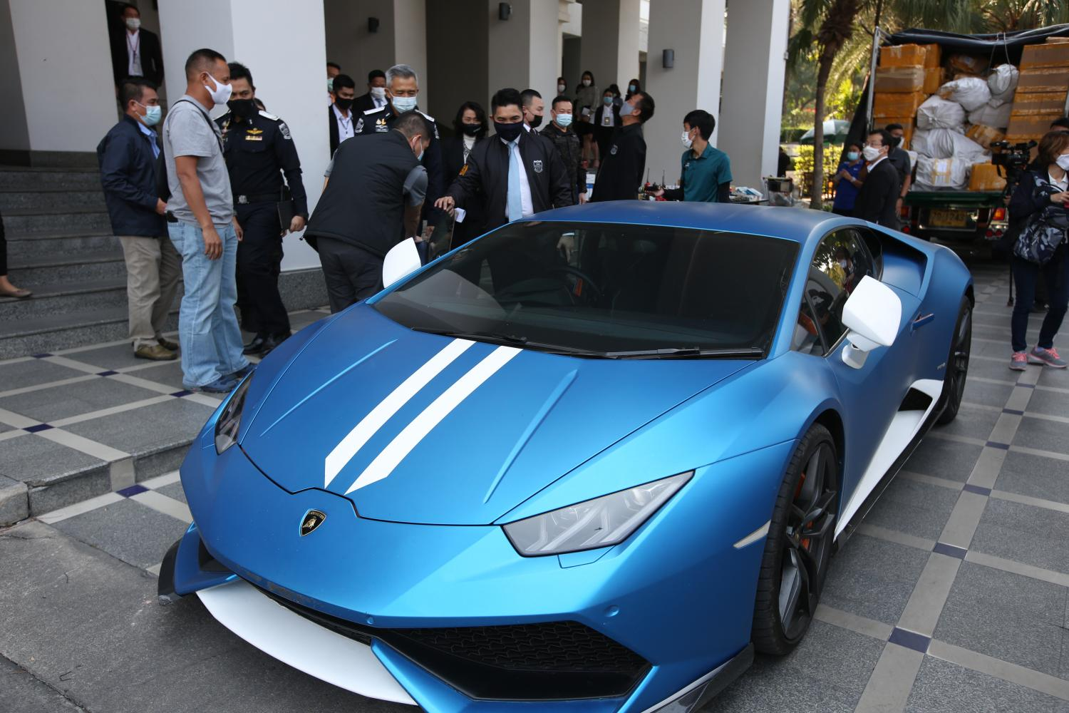 A Lamborghini seized during the arrest of Forex-3D boss Apiruk Kothi at a condo in the Thong Lor area of Bangkok is displayed outside the Department of Special Investigation's headquarters yesterday.  Pattarapong Chatpattarasill