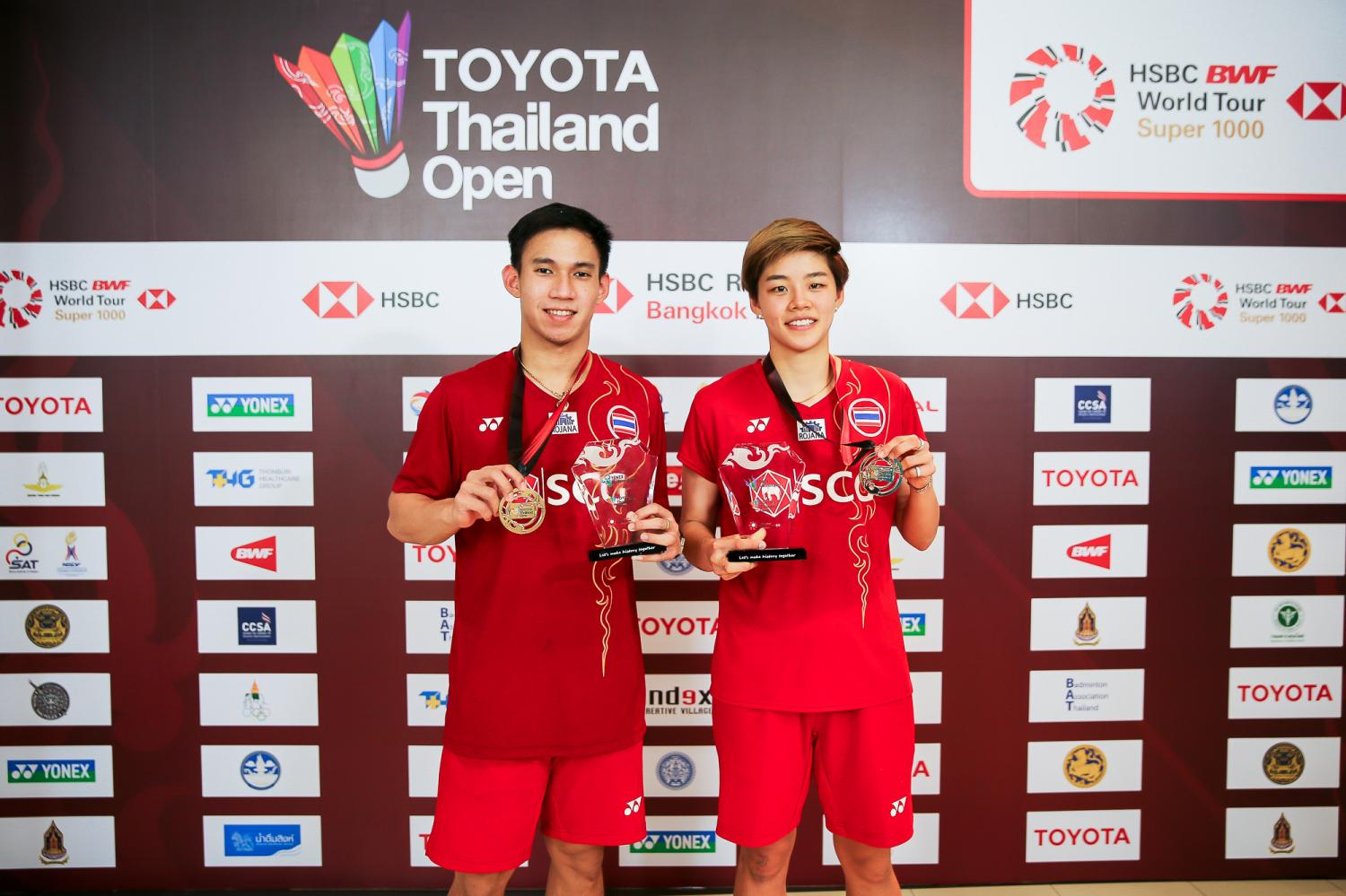 Dechapol Puavaranukroh (left) and Sapsiree Taerattanachai pose with their gold medals and trophies.