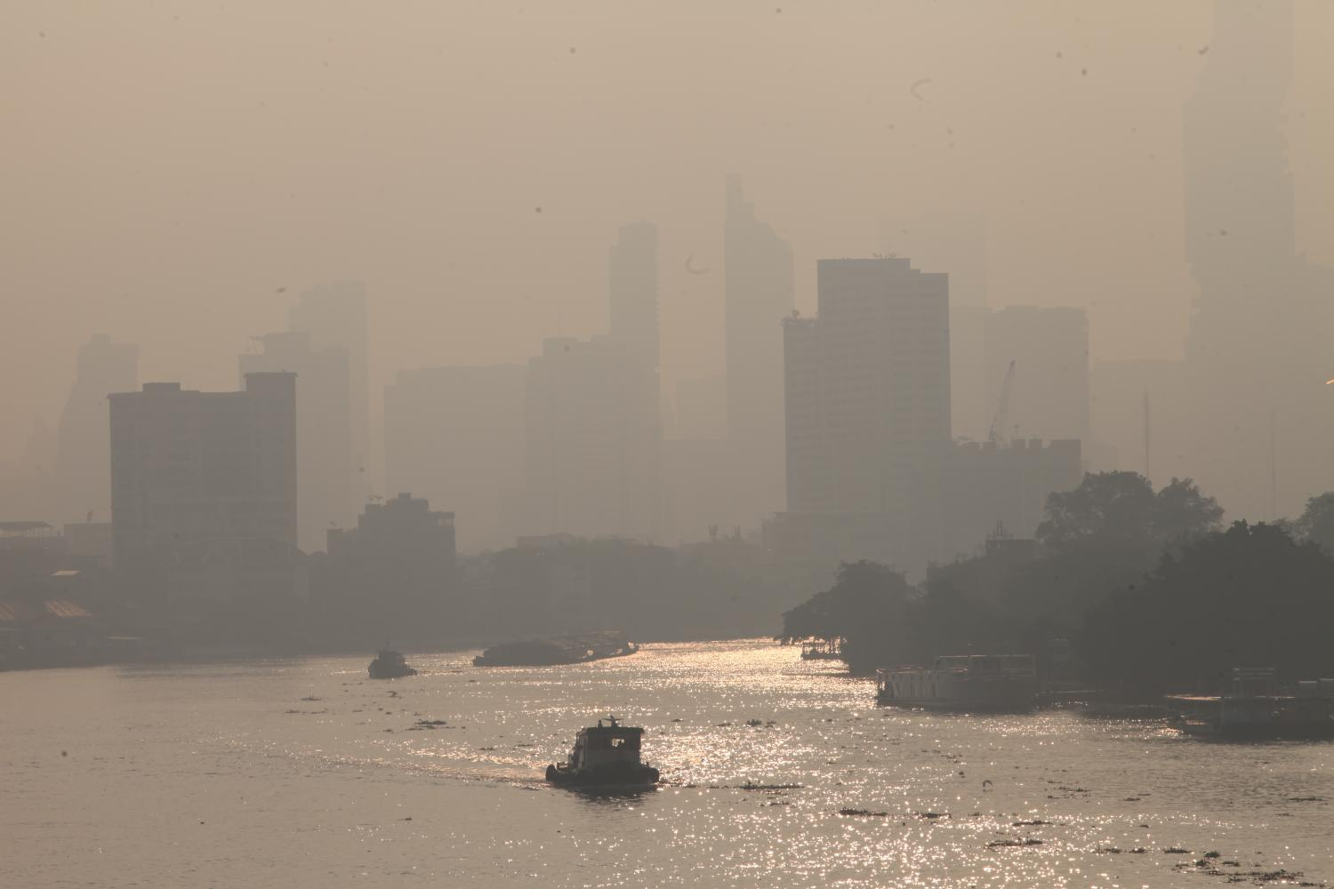 The polluted morning skyline, as seen from Phra Pok Klao Bridge over the Chao Phraya River in Klong San district. Levels of the health-hazardous PM2.5 microdust have exceeded safe limits in parts of the capital and its vicinity recently. Apichart Jinakul