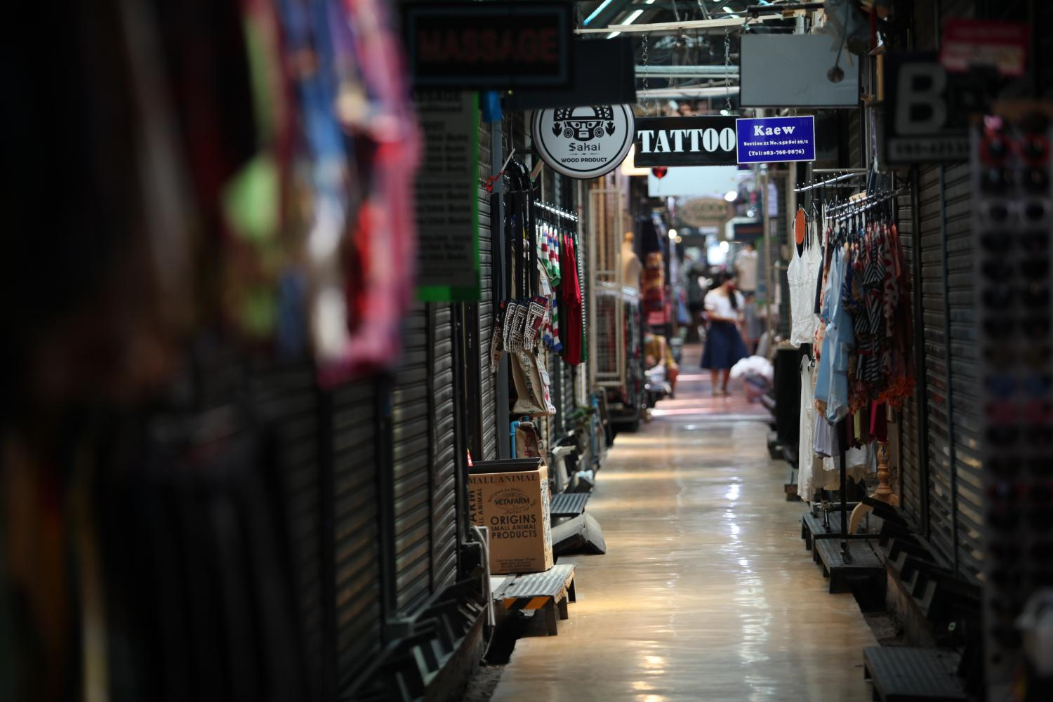 Chatuchak weekend market remains lifeless amid the ongoing outbreak. The Rao Chana savings bonds are aimed at financing projects that will rehabilitate the battered economy. (Photo by Apichart Jinakul)