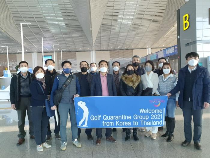 South Korean golfers have their photo taken before flying to Thailand for a 14-day 'golf quarantine' in Nakhon Nayok.Tourism Authority of Thailand