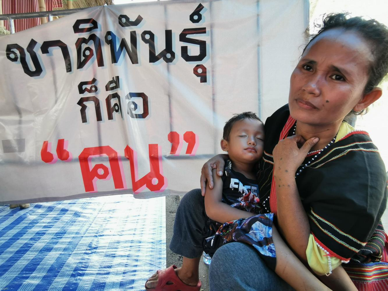 Holding her toddler, indigenous forest dweller Kib Tonnampetch, 42, says hunger and poverty at the resettlement village have forced her to return to Bang Kloi in Kaeng Krachan National Park to survive.(Photo by Sanitsuda Ekachai)