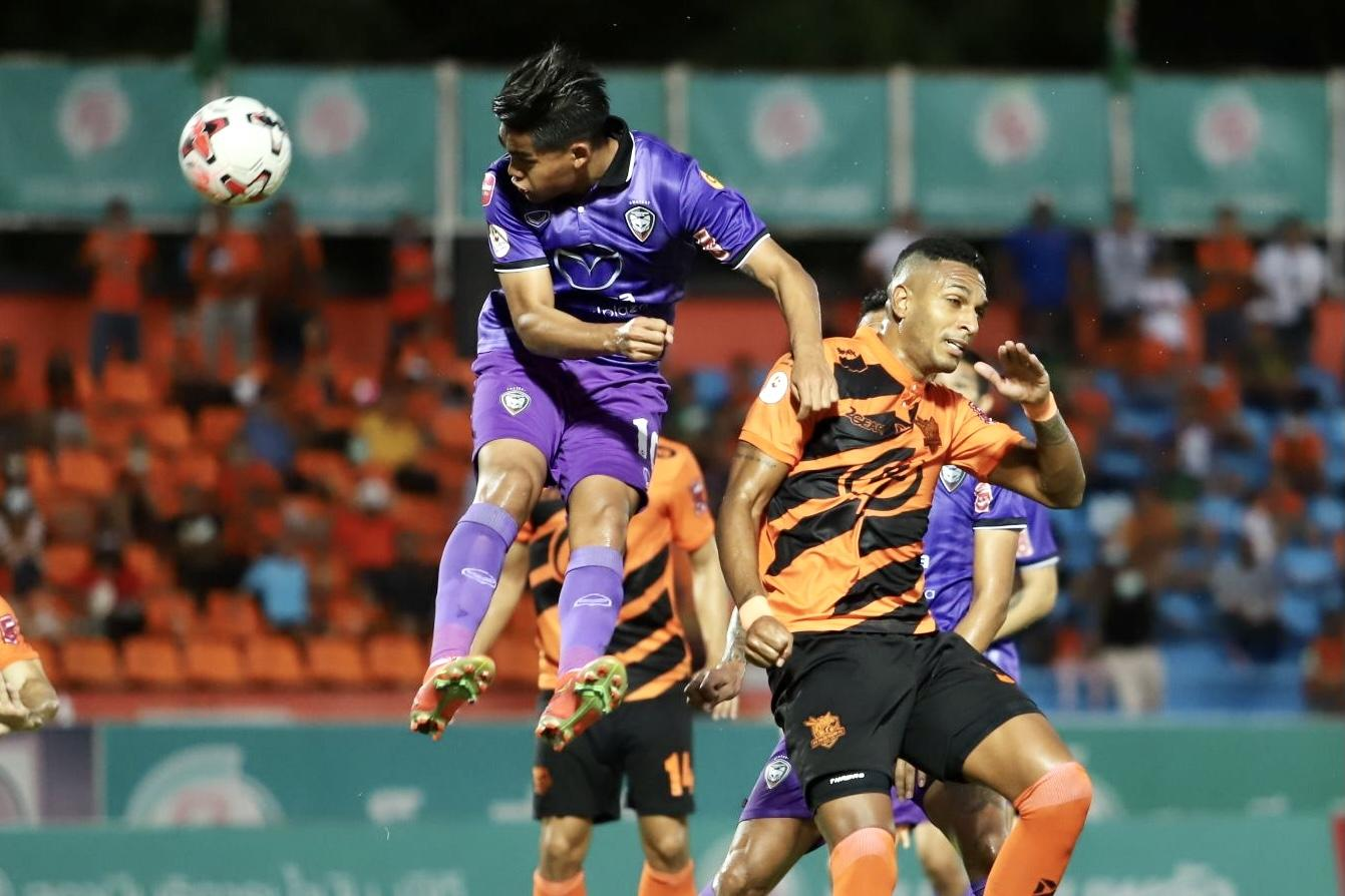 Prachuap's Willen Mota (right) in action against Nakhon Ratchasima.