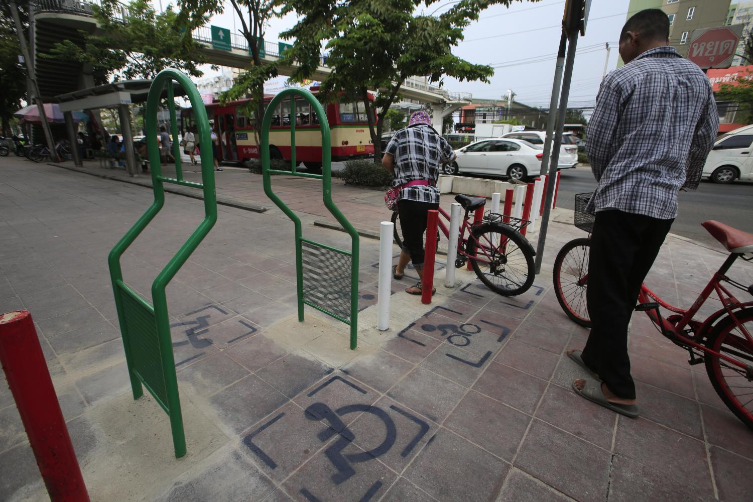 Barriers have been installed by Bang Khae district office to keep motorcycles off pavements at part of the area under its jurisdiction. A litany of obstacles plague the capital's pavements such as food stalls, moving motorcycles and parked cars.(Photo by Pornprom Satrabhaya)