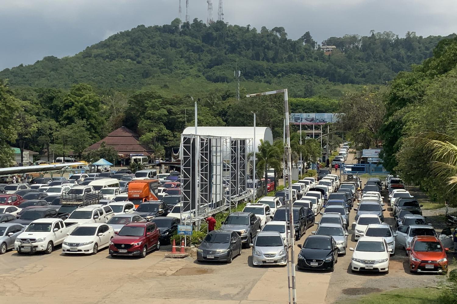 Heavy traffic to Koh Chang despite new infections