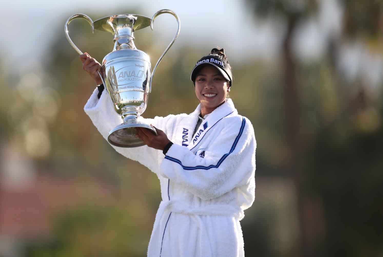 Patty Tavatanakit celebrates with the ANA Inspiration trophy.(Photo: AFP)