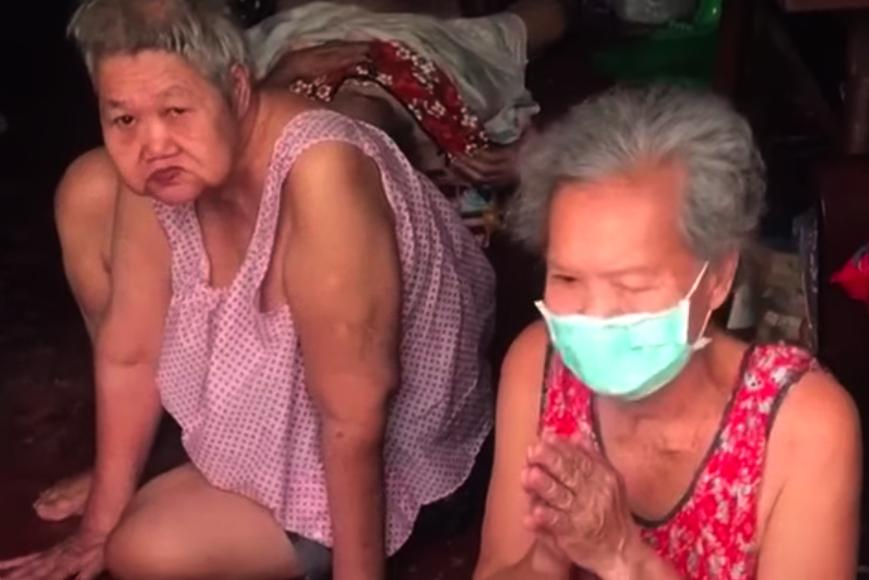 An elderly woman from Bang Kholaem district, right, begs for someone to help her gravely ill sister get hospital treatment.(Photo: Drama-addict Facebook page)