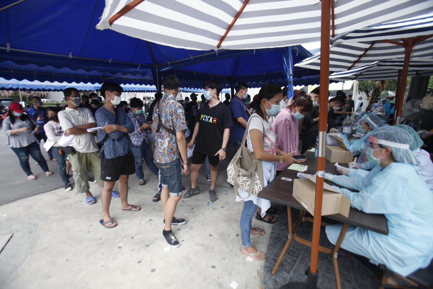 Thong Lor residents queue up for Covid-19 tests after the area is declared as a virus epicentre. Nutthawat Wicheanbut
