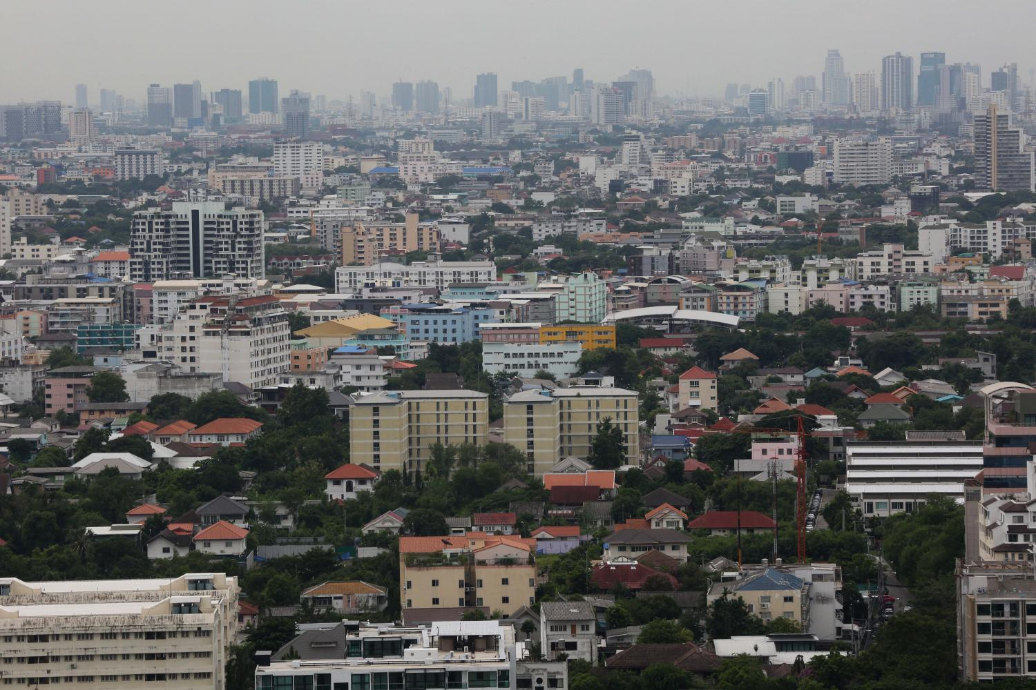 According to the Real Estate Information Center, the decrease in land price index in greater Bangkok is due to the negative impacts from the Covid-19 outbreak. (Photo by Pattarachai Preechapanich)