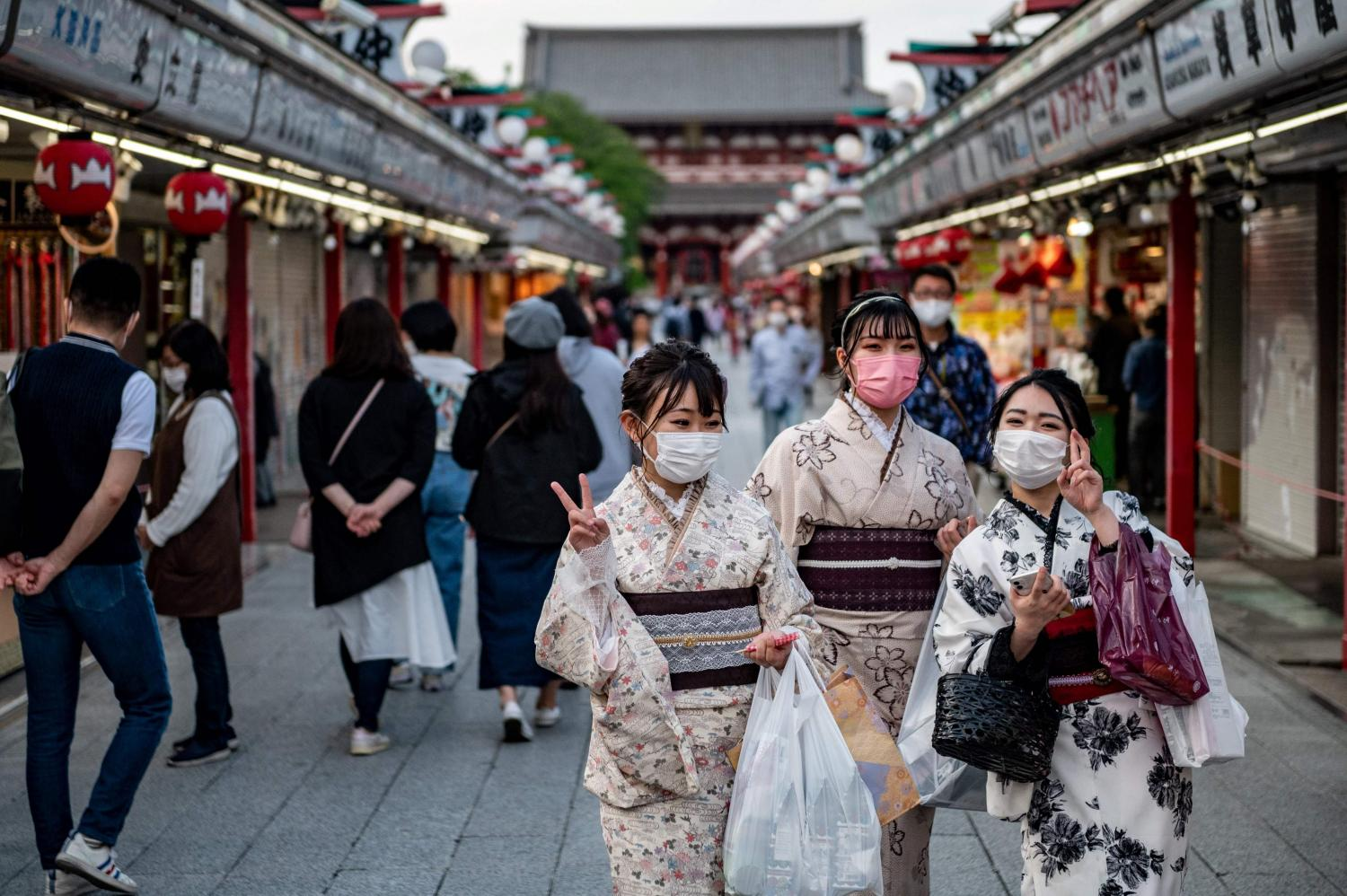 Women in traditional outfits visit Sensoji temple in Tokyo on April 25, 2021, during the first day of a new Covid-19 state of emergency covering the Tokyo, Osaka, Kyoto and Hyogo regions.(AFP photo)