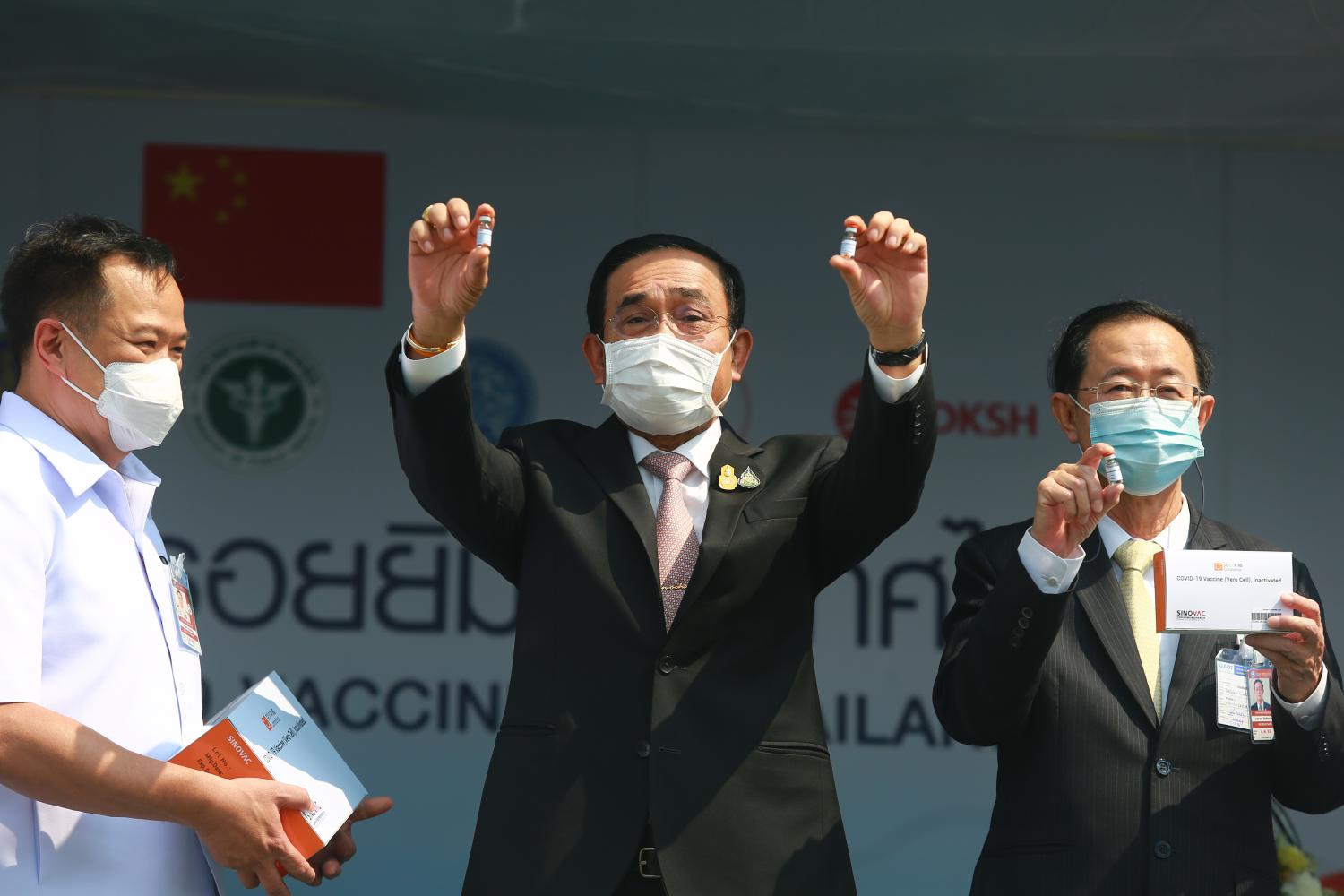 Prime Minister Prayut Chan-o-cha and Public Health Minister Anutin Charnvirakul, left, accept the first batch of vaccines from China.(Photo: Somchai Poomlard)