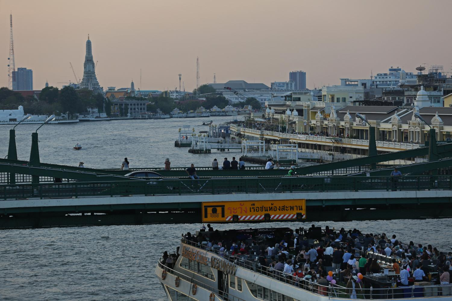 A cruise along the Chao Phraya River which is popular among local and foreign tourists.(Photo by Varuth Hirunyatheb)