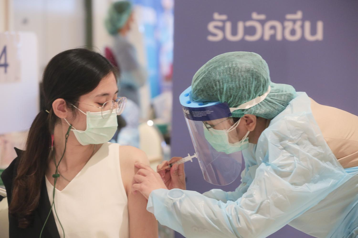 A medical worker administers a Covid-19 vaccination at a private hospital in Bangkok.(Photo by Pornprom Satrabhaya)