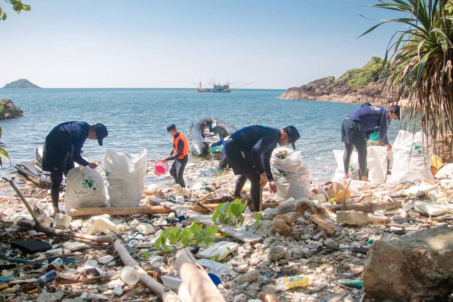 Volunteers helped collect garbage carried in by the tide at Hat Klong Sone on Koh Chang in Trat province in this file photo from 2018.(Photo: Jakkrit Waewkralhong)