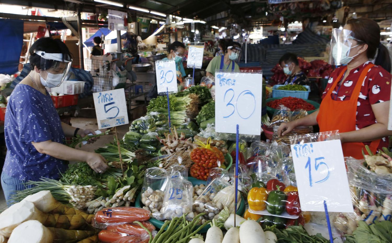 A customer browses fresh produce at Ying Charoen market in Bangkok's Bang Khen district.(Photo: Apichit Jinakul)