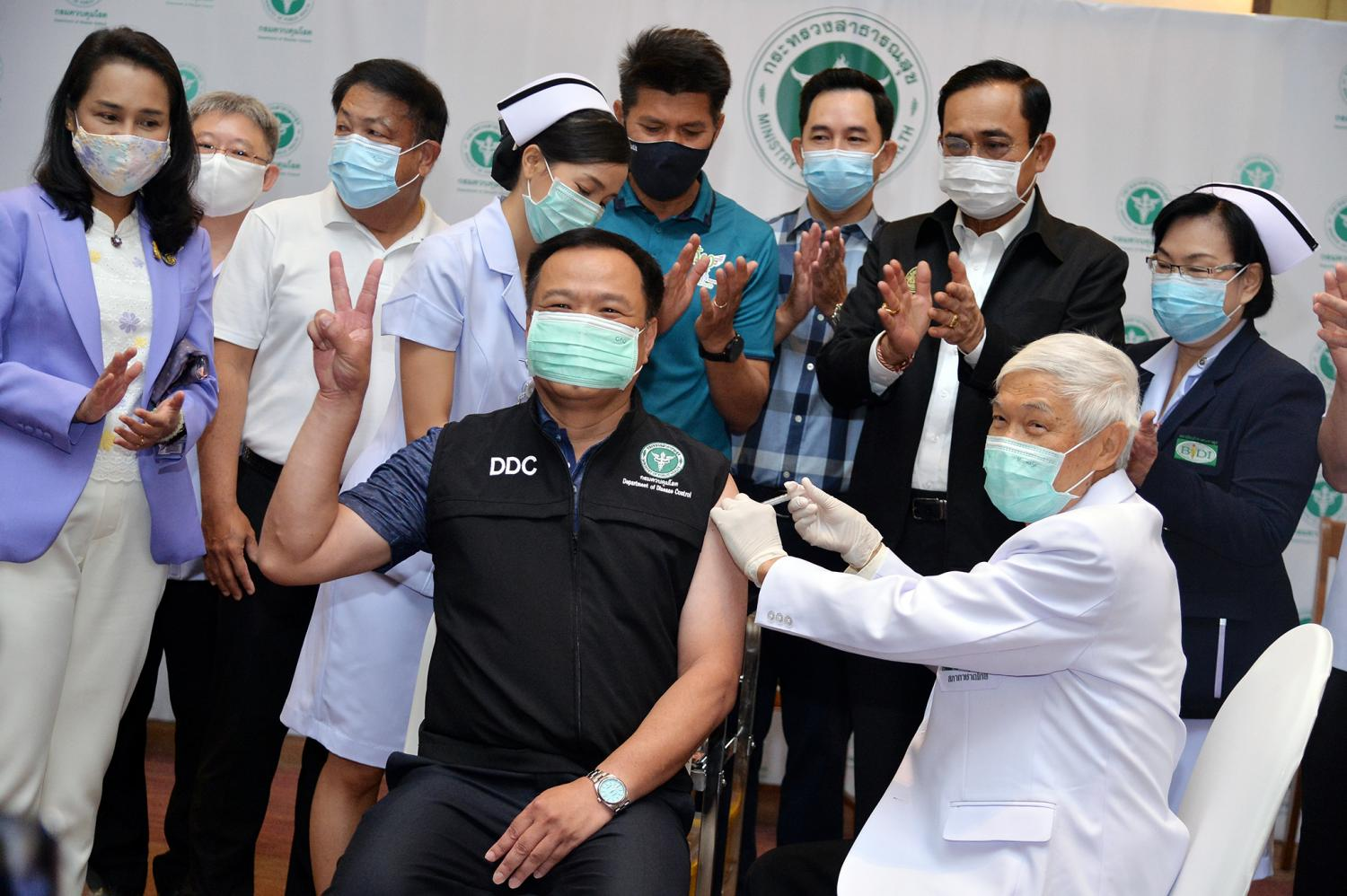 Virologist Dr Yong Poovorawan, front right, administers a Covid jab to Public Health Minister Anutin Charnvirakul, front left, on Feb 28. Dr Yong also advised the government to pioneer the mixing of Sinovac and AstraZeneca vaccines.(Government House Photo)