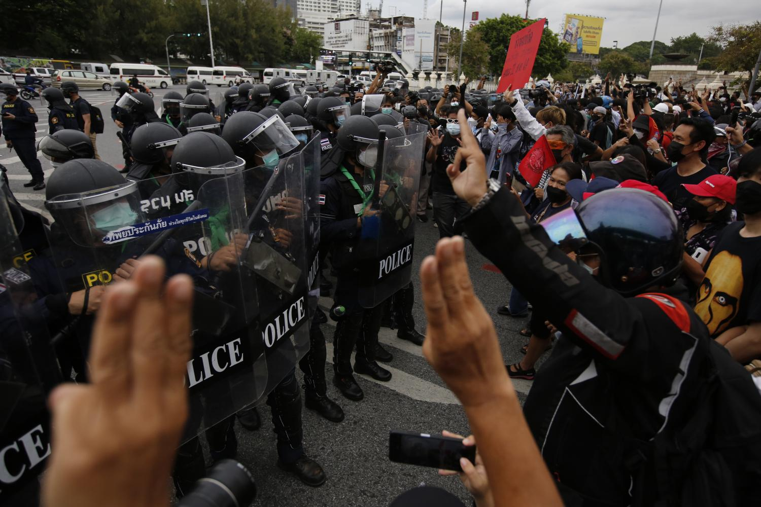 Anti-government demonstrators confront riot control police at Victory Monument on Wednesday.(Photo: Wichan Charoenkiatpakul)