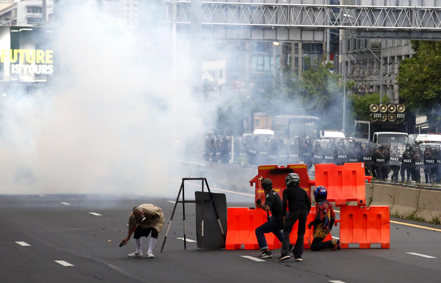 Anti-government protesters clash with police in Din Daeng area on Sunday. (Photo: Apichit Junakul)