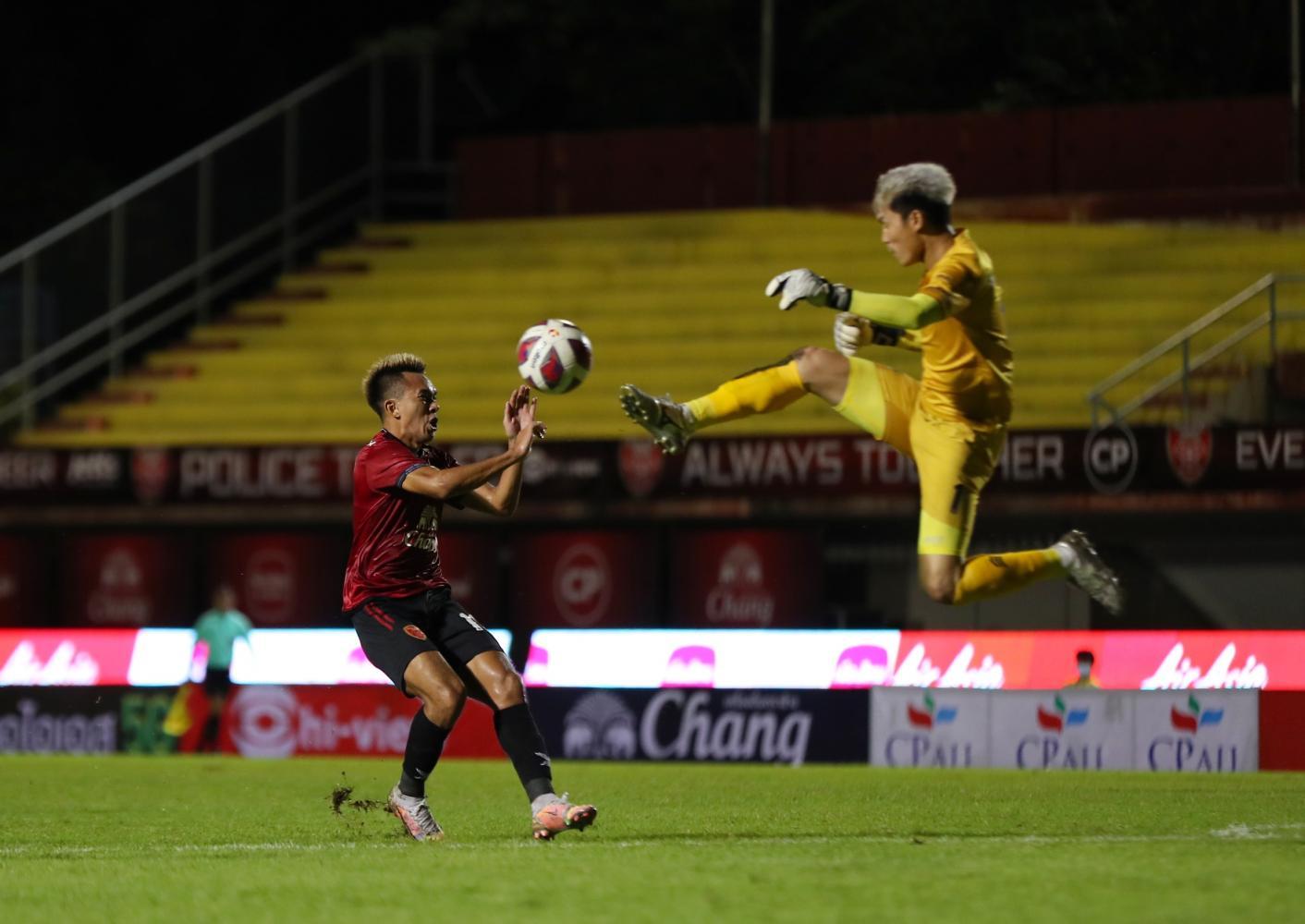 Suphanburi deal 10-man Port heavy blow